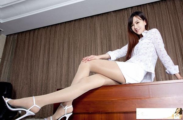 肉色丝袜美女紧身连衣裙搭配